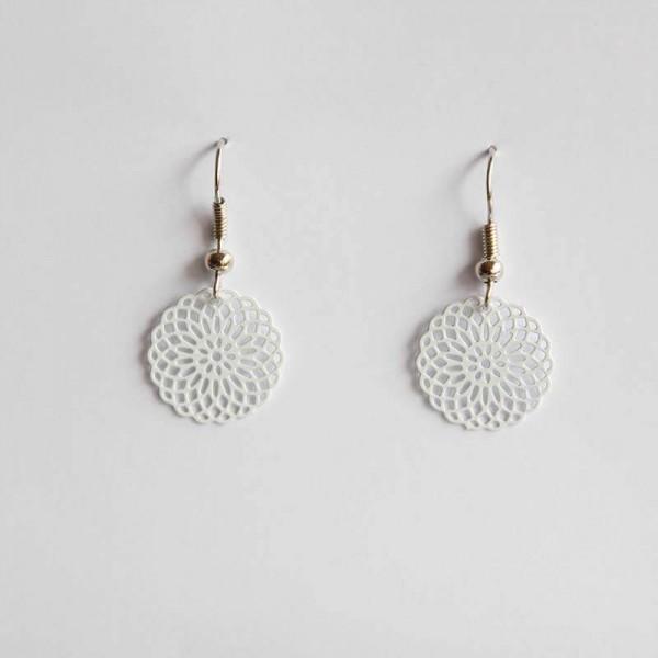Kleine Ornament-Ohrringe in weiß